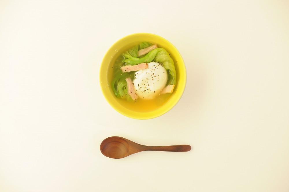 ポーチドエッグとレタスのスープ