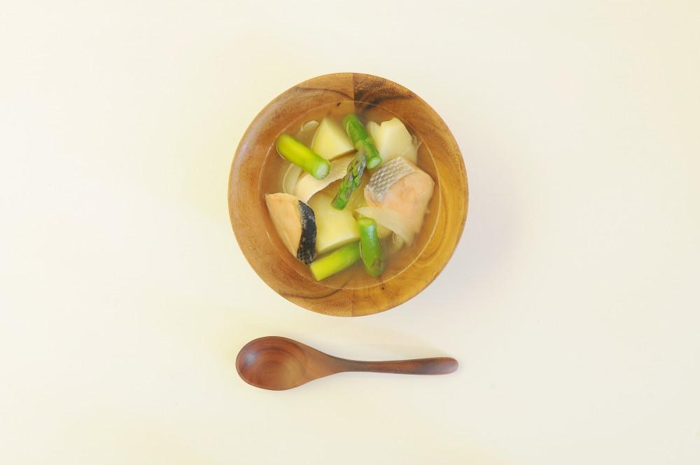 鮭とじゃが芋、グリーンアスパラの塩スープ