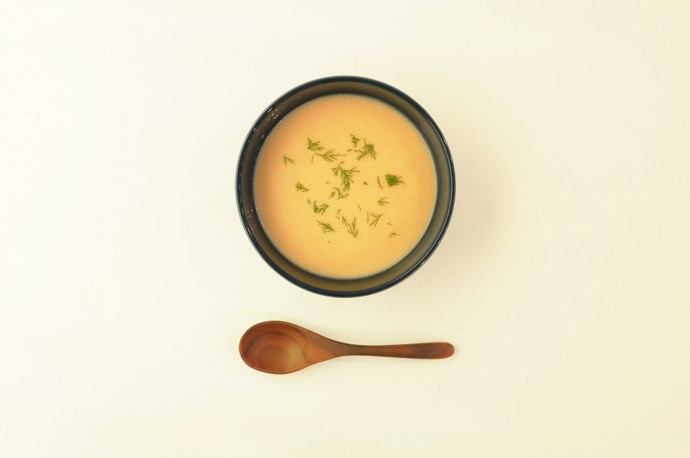 スモークサーモンとディルの冷たいスープ