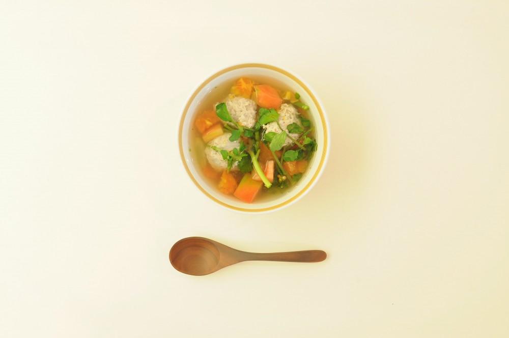 ミントが香る鶏団子のエスニックスープ
