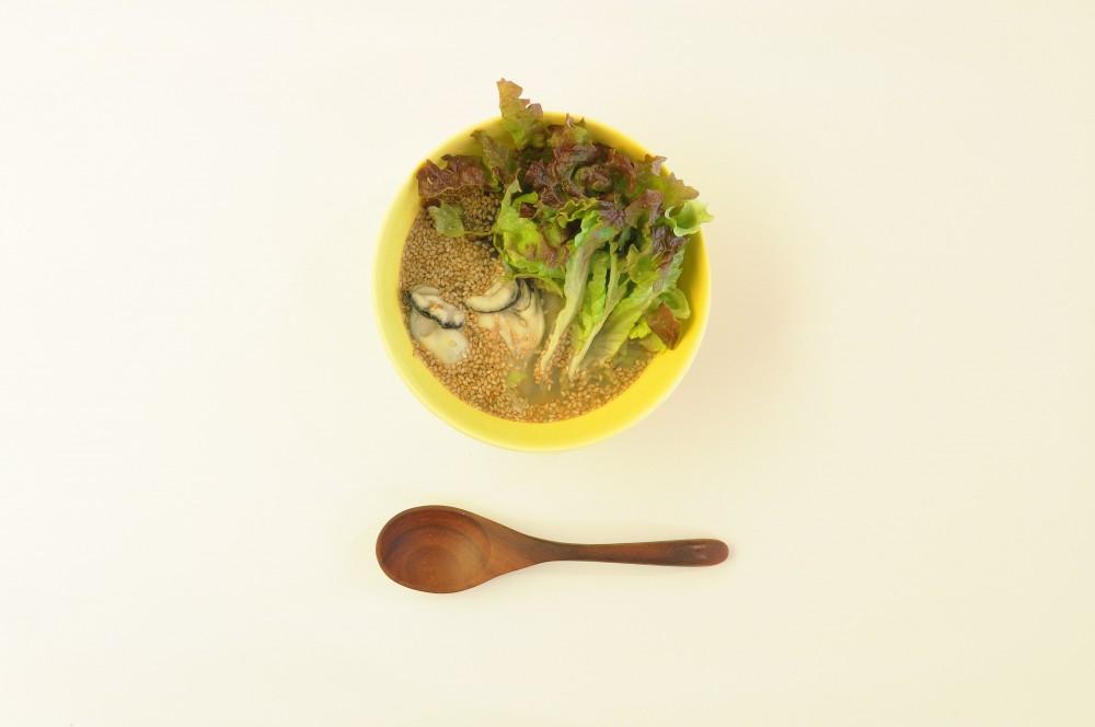 牡蠣とサニーレタスのベトナム風スープ